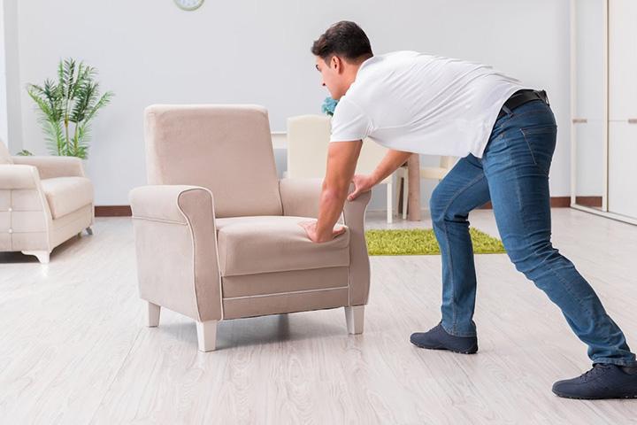 Как передвинуть мебель, чтобы не поцарапать линолеум